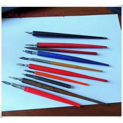 Lot de dix porte-plume en plastique et bois et plumes