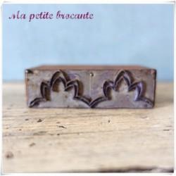 Ancien tampon à broder frise bordure métal sur bois