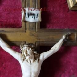 Christ  sur crucifix en ivoire sur velours et cadre doré XIXème