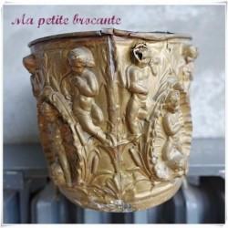 Jardinière en laiton repoussé décor d'anges et de tritons époque Napoléon III