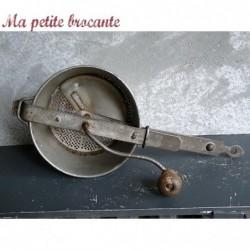Ancien presse purée en fer blanc épais