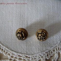 Adorable lot de deux petits boutons de roses en métal