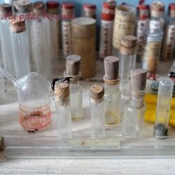 Enorme lot de verrerie laboratoire médicaments fioles