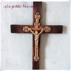 Crucifix autel bois et bronze rehaussé de trois têtes de chérubins