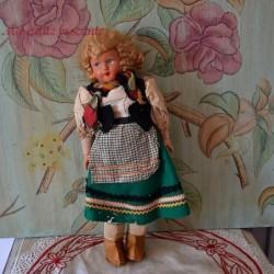 Grande poupée florklorique en composition 36 cm