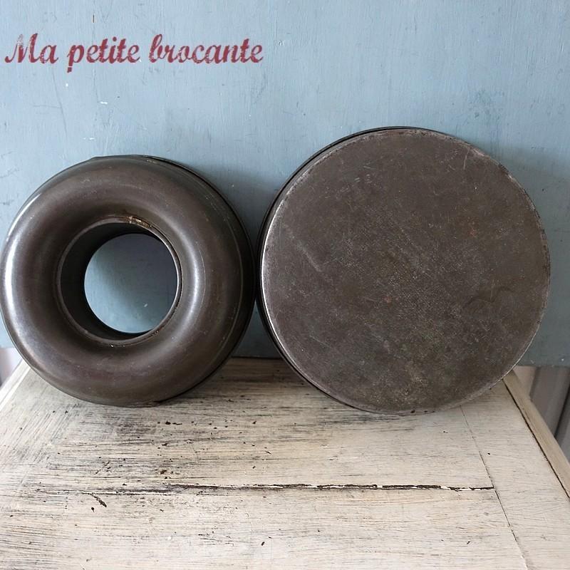 Lot de deux moules anciens à pâtisserie en fer blanc