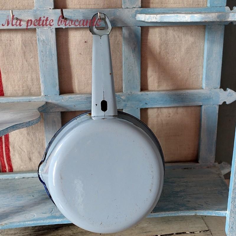 Ancienne casserole verseuse émaillée bleue ciel