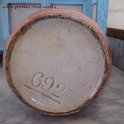 Pichet 1900 en barbotine décor de cerises numéroté 692