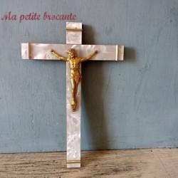 Crucifix ancien en bois et placage de nacre
