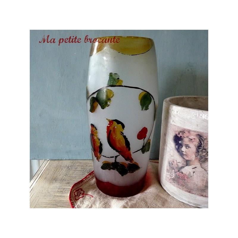 Vase en verre dépoli peint d'un décor d'oiseaux sur branche fleurie