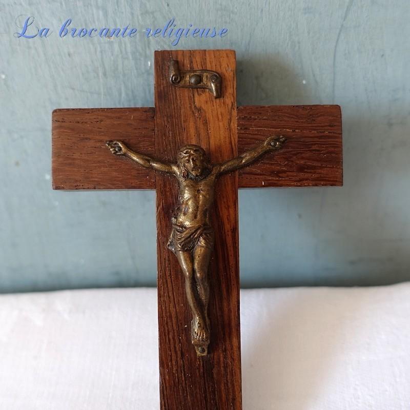 Crucifix en bois et métal à suspendre