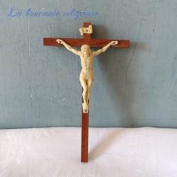 Crucifix en bois et plastique souvenir de Lourdes