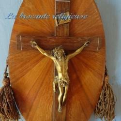 Crucifix ancien sur cadre bois en marqueterie