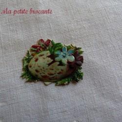 Chromo ancien thème Pâques fleurs dans un oeuf tâcheté et fleurs bleues