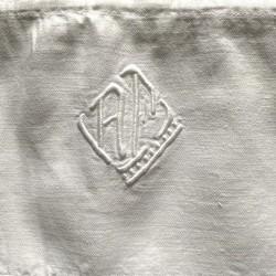 Taie de traversin blanche et monogramme AF