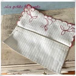 Range serviette ancien festonné brodé de cerises