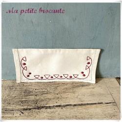 Range serviette ancien festonné brodé d'une frise géométrique