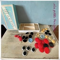 Boite ancienne de savon Malacéïne Monpelas Paris remplie de boutons