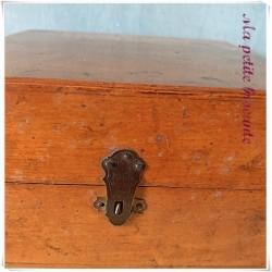 Boite en bois ancienne JC Paris remplie de rubans