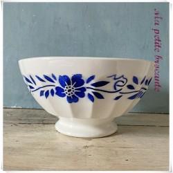 Enorme bol ancien sur piédouche en faïence blanche frise florale bleue