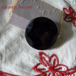 Lot de deux boutons anciens en verre pressé noir