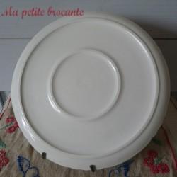 Plat rond décor de scène galante en porcelaine