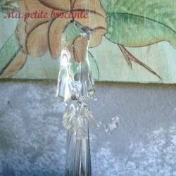 Vierge en cristal moderniste sur un socle lumineux