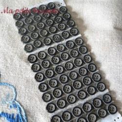 Bouton noir en verre très ancien quatre trous FB
