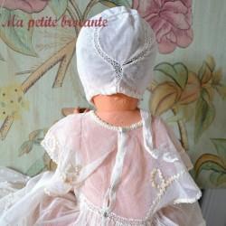 Robe et coiffe de baptême sur tulle