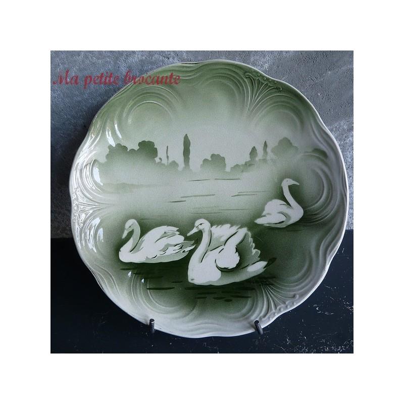 Belle assiette décorative en Badonviller décor de cygnes