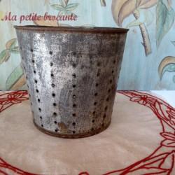 Faisselle ancienne en fer blanc