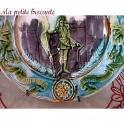 Assiette ancienne barbotine Onnaing Jeanne d'Arc