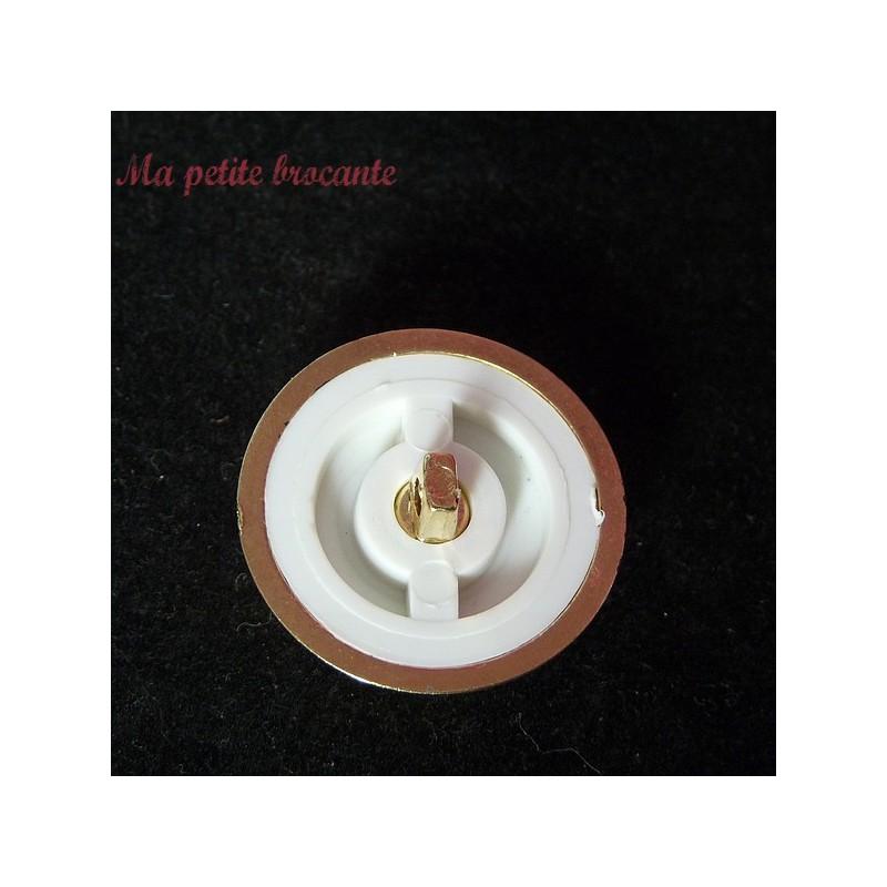 Bouton ancien en plastique vintage blanc diamètre 3 cm