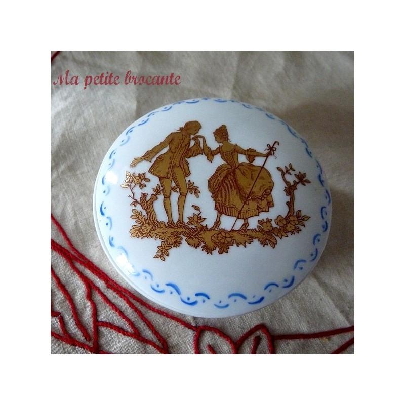 Belle bonbonnière en porcelaine décor romantique