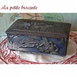 Coffret ancien en métal repoussé au décor de hérons